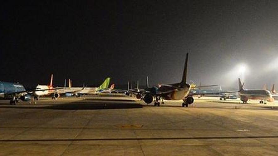 Hàng loạt máy bay 'đắp chiếu' tại sân bay Nội Bài