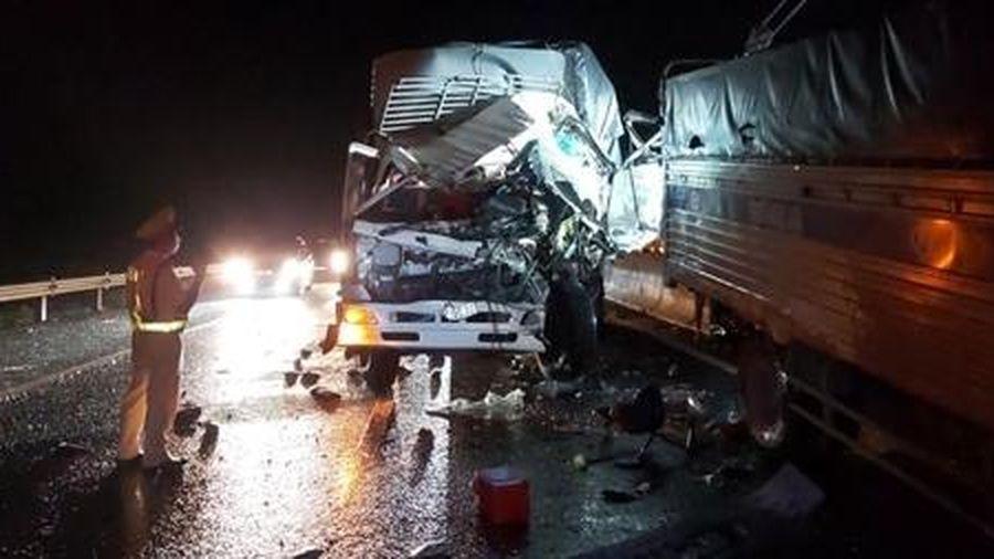 Xe tải tông nhau trên cao tốc, 2 người thương vong