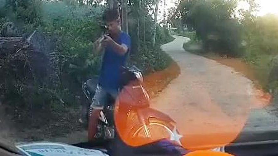 Lái xe máy chắn ngang đầu ô tô dùng súng dọa tài xế