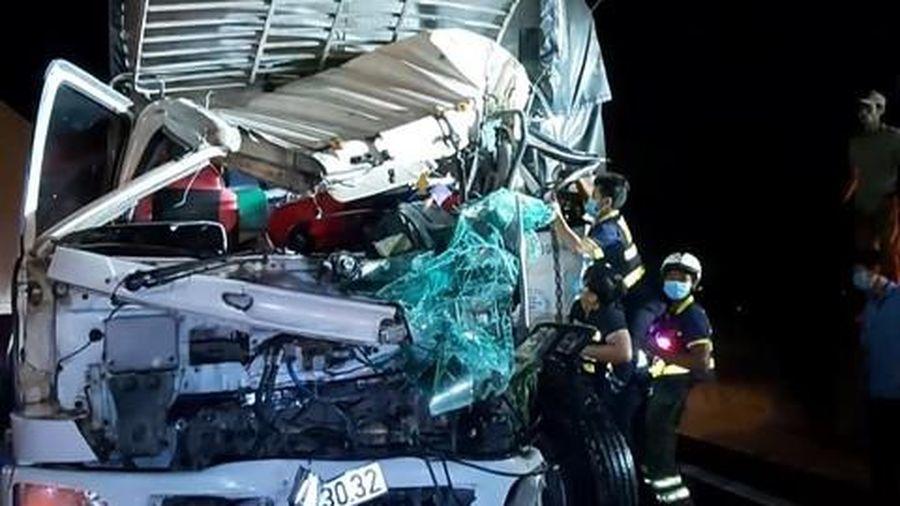 Xe tải 'dồn toa' trên cao tốc, ca bin bẹp dúm, 2 người thương vong