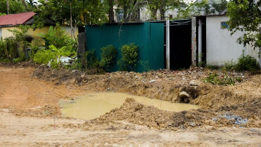 Sẩy chân xuống hố nước công trình, bé trai 6 tuổi tử vong