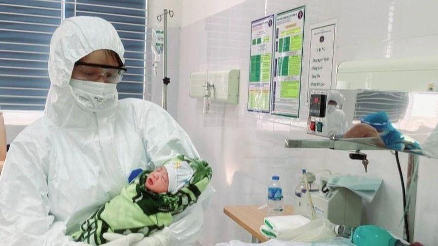 Sản phụ mắc Covid-19 khỏi bệnh, cùng con gái xuất viện