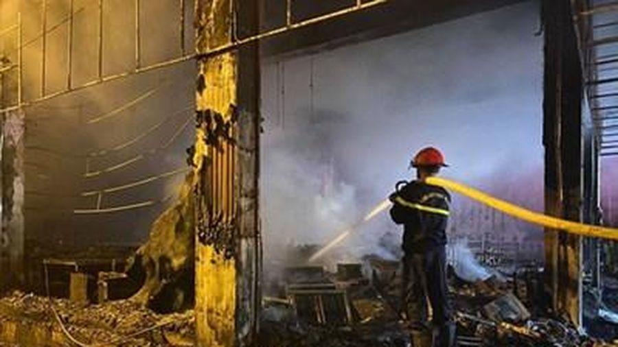 Cháy lớn thiêu rụi phòng trà tại thành phố Vinh
