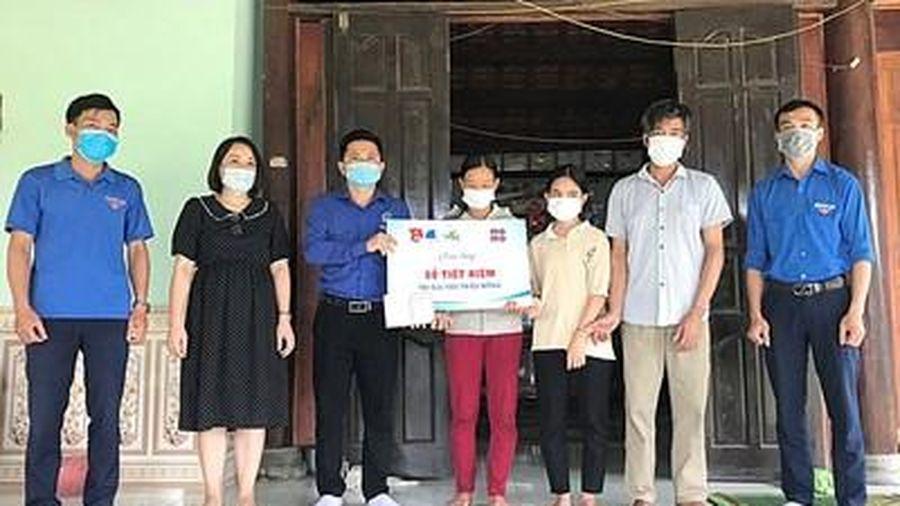 Trao sổ tiết kiệm 100 triệu đồng tặng hai thanh niên hy sinh cứu người