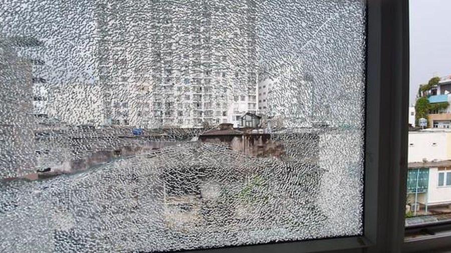 Căn nhà ở quận 1 nhiều lần bị bắn vỡ kính