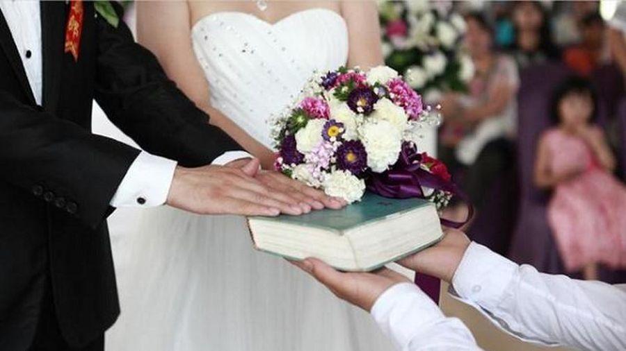 Nhận nhẫn đính hôn, tôi 'hóa đá' khi nhìn vật quen trong túi chồng