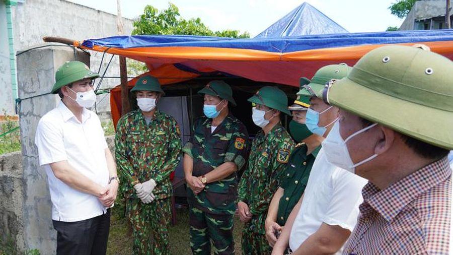 Đồng chí Chủ tịch UBND tỉnh kiểm tra các công trình xây dựng khu tái định cư và công tác phòng, chống dịch Covid-19 ở huyện Quảng Trạch
