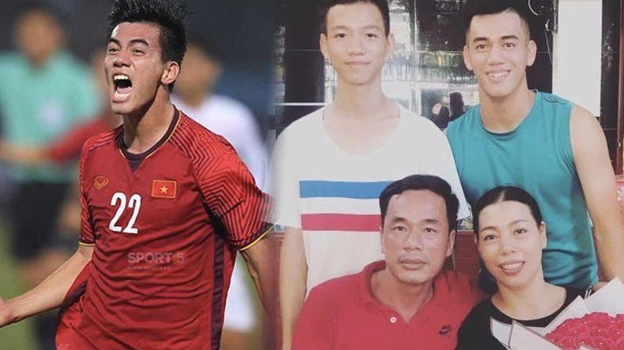 Tiến Linh từng khóc 10 ngày liên tiếp vì nghiệp bóng đá, chỉ biết ngồi khán đài gọi: 'Mẹ ơi, sao cực khổ quá'