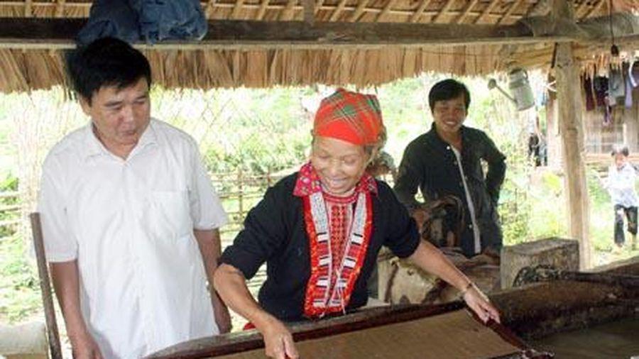Người Dao với nghề làm giấy bản
