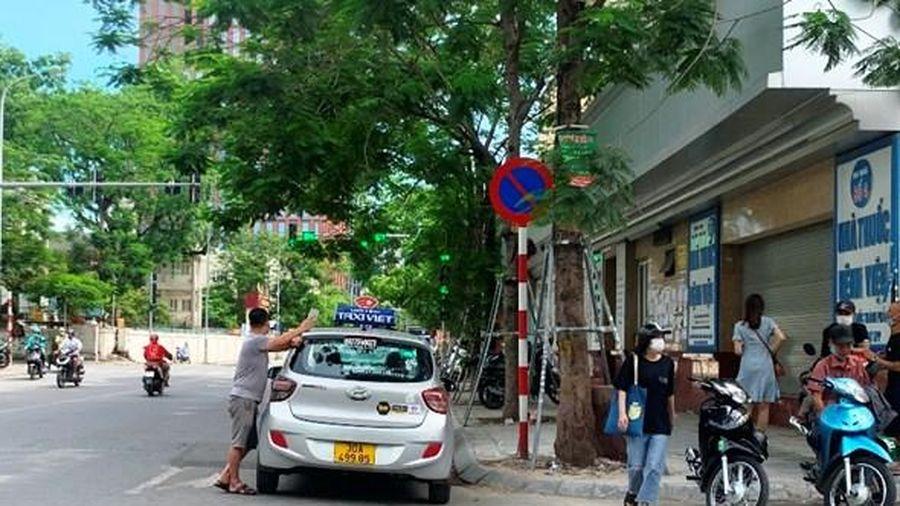 Xe ô tô 'bủa vây' cổng Bệnh viện Đại học Y