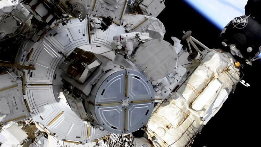 Hai phi hành gia đi bộ ngoài không gian để thay thế pin mặt trời cho trạm ISS