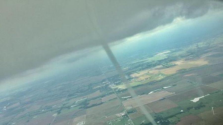 Ngoạn mục clip phi công Mỹ lái máy bay chạm trán với lốc xoáy giữa trời
