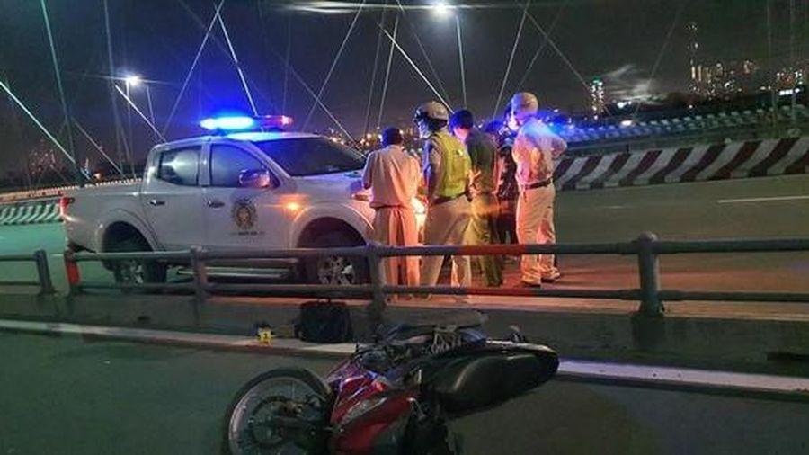 Tin giao thông đến sáng 16/6: Xe quân đội lao xuống vực, 2 người bị thương; tài xế xe máy nguy kịch khi tông dải phân cách