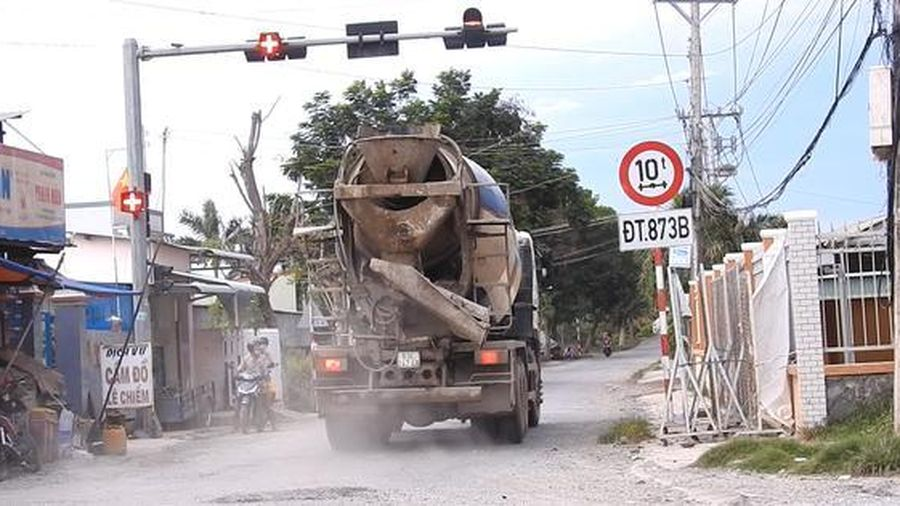 Người dân khổ sở vì xe bồn bê tông phá nát đường dân sinh, gây ô nhiễm môi trường sống