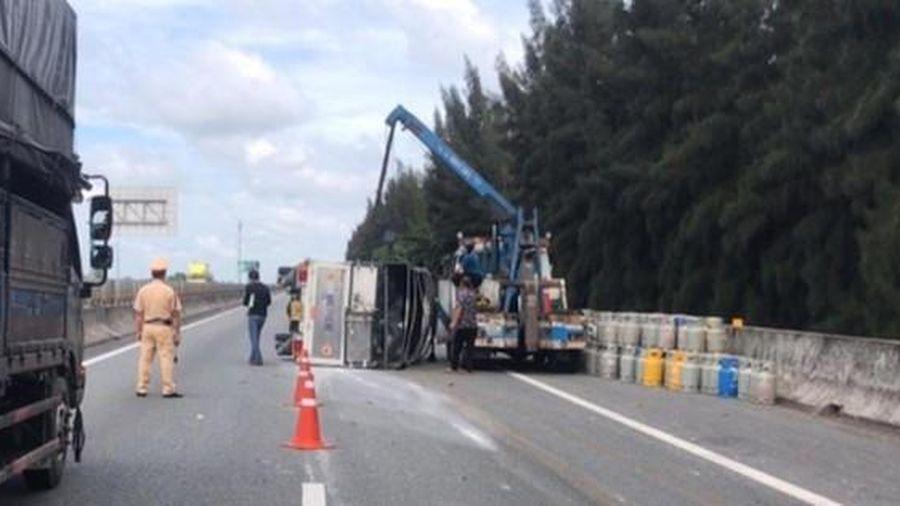 Xe tải chở gas lật ngang, hàng trăm bình gas đổ tràn xuống đường