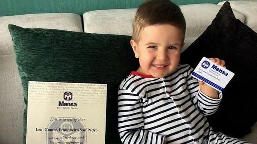 Thần đồng 7 tuổi người Anh có IQ 172, biết 4 ngôn ngữ