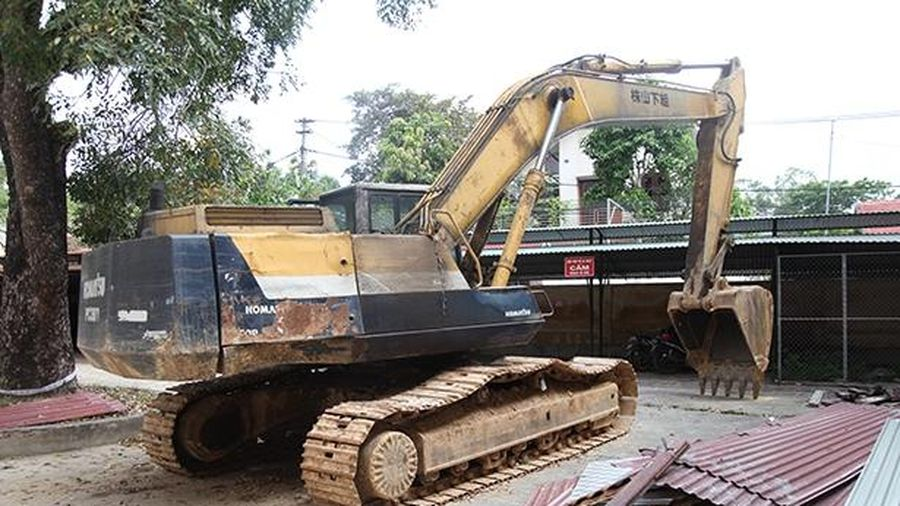 Phạt 50 triệu, tịch thu máy xúc trong vụ khai thác đất trái phép ở Can Lộc