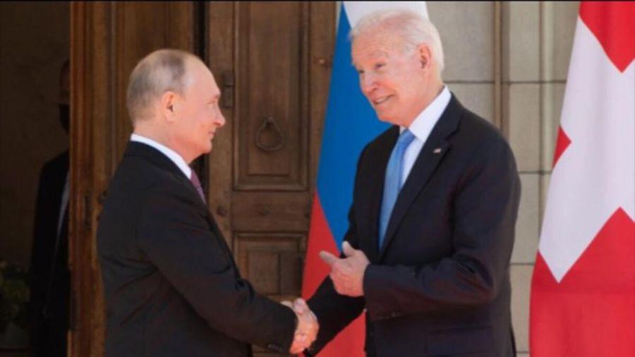 Cận cảnh cái bắt tay của ông Biden và Putin trong cuộc gặp lịch sử