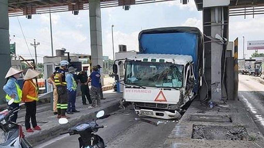 Tiền Giang: Xe tải tông sập cabin trạm thu phí cao tốc TP.HCM - Trung Lương