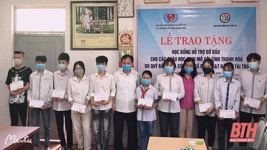 Trao tặng học bổng đỡ đầu cho trẻ em mồ côi tỉnh Thanh Hóa