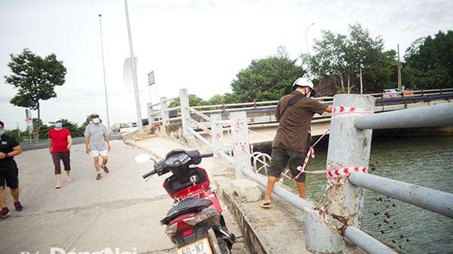 Người dân phải buộc dây thay rào chắn bờ kè