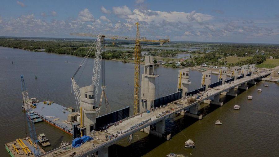 Lắp đặt cửa van nặng 203 tấn cuối cùng ở cống Cái Lớn