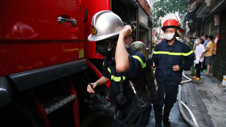 3 xe cứu hỏa chữa cháy nhà dân ở Hà Nội