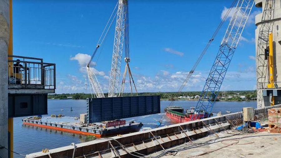Lắp đặt cửa van cuối cùng công trình thủy lợi lớn nhất Tây Nam Bộ