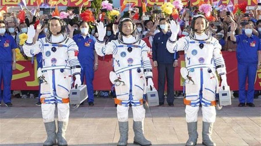 Trung Quốc đưa phi hành đoàn đầu tiên lên trạm không gian mới
