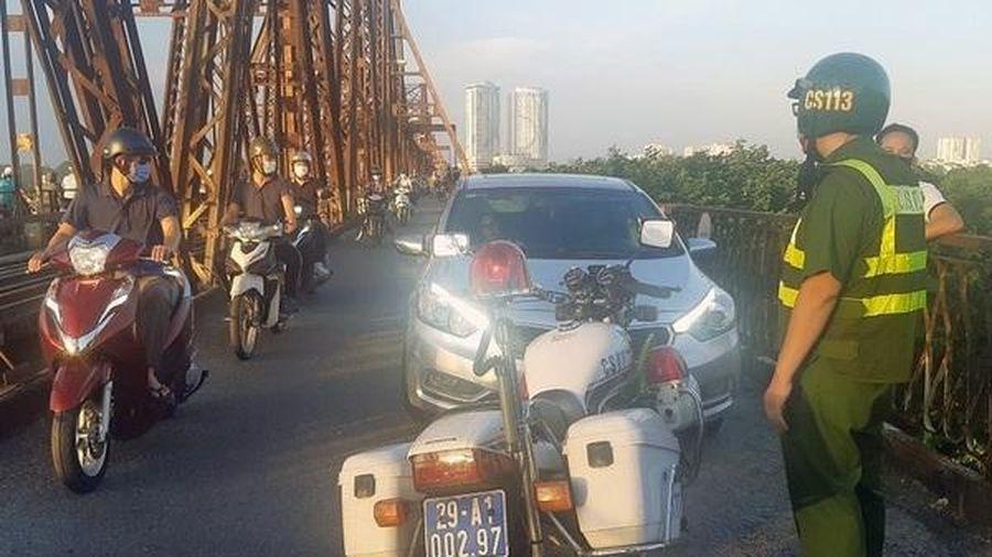 Lái xe ô tô say rượu chở bạn gái lên cầu hóng mát phạm cả loạt lỗi dài