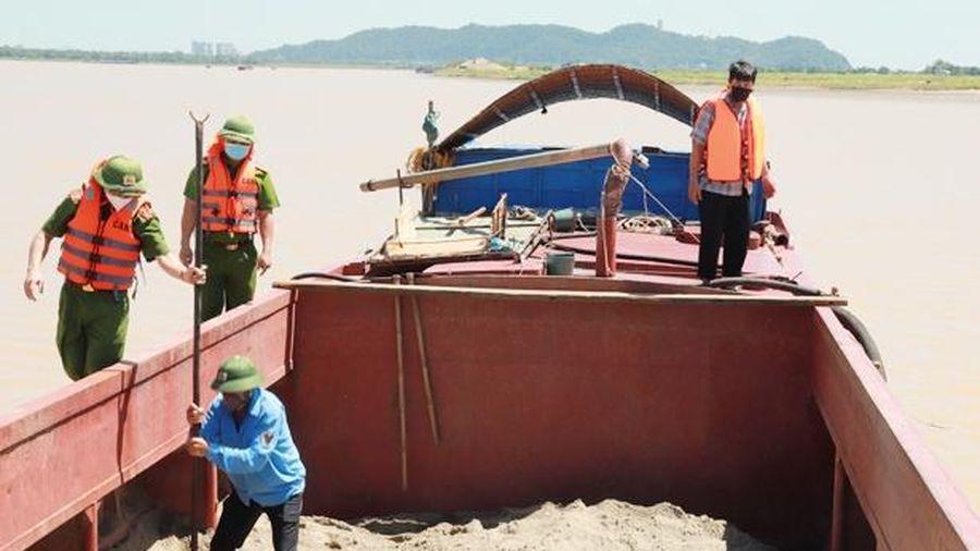 Công an xã ở Hà Tĩnh bắt giữ 1 xà lan khai thác cát trái phép trên sông Lam