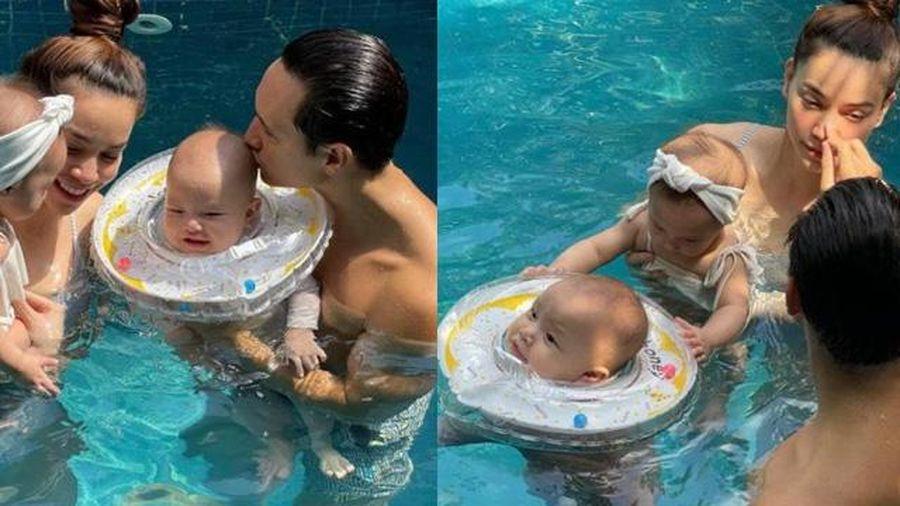 Hà Hồ - Kim Lý ngọt ngào bên cặp song sinh khi đi bơi