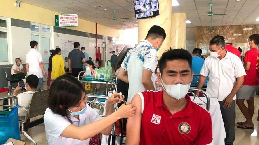 Cầu thủ Đông Á Thanh Hóa được tiêm vắc - xin phòng COVID-19