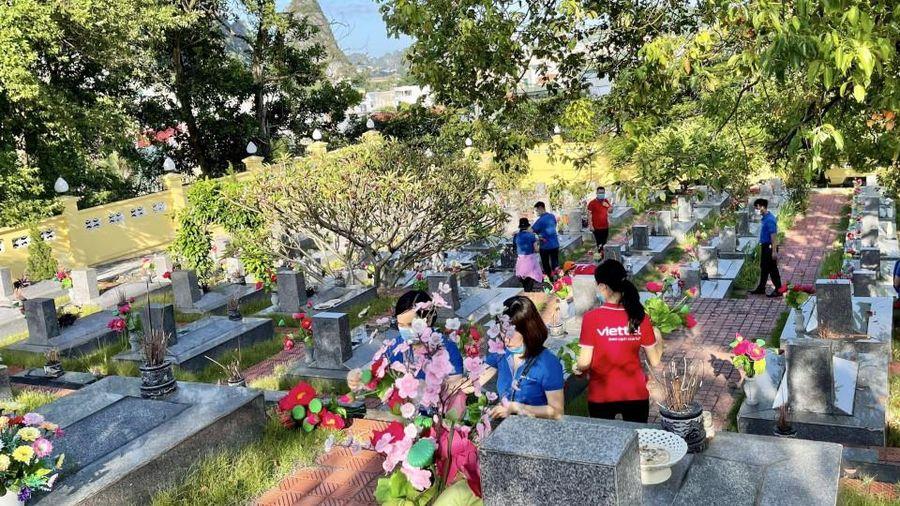 Viettel Quảng Ninh thay hoa mới tại các nghĩa trang liệt sĩ trên địa bàn toàn tỉnh