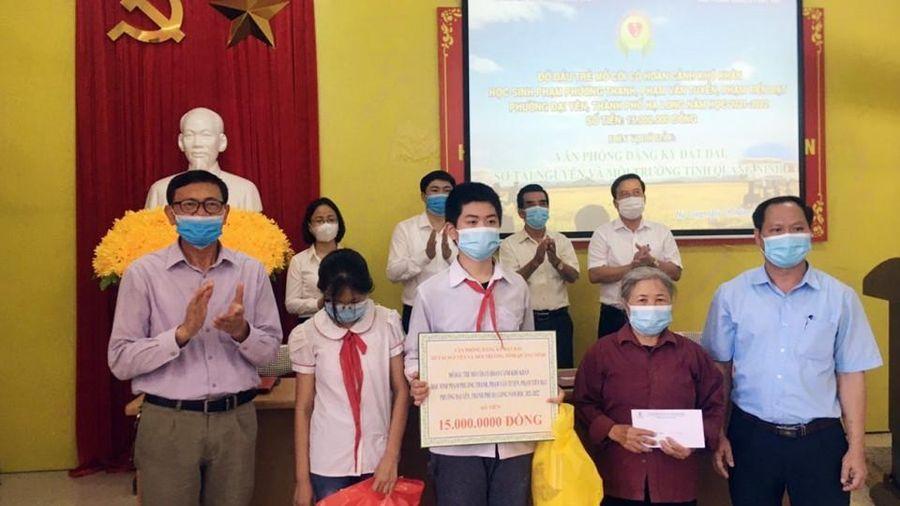 Đỡ đầu cho 8 học sinh mồ côi tại TP Hạ Long