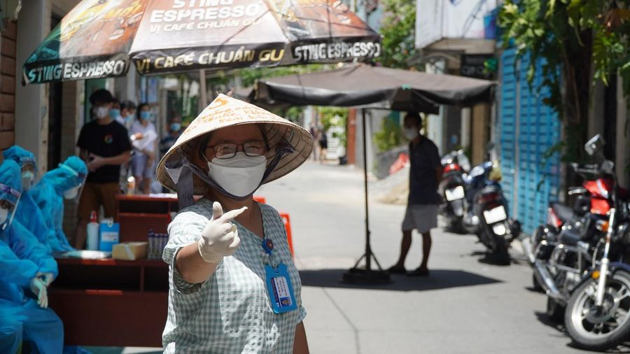 Chiếc nón lá yêu thương, che nắng cho nhân viên chống dịch