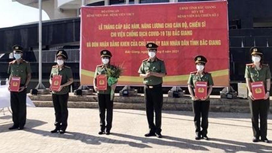 Thăng cấp bậc hàm cho các y, bác sĩ CAND tại Bệnh viện Dã chiến số 2 Bắc Giang
