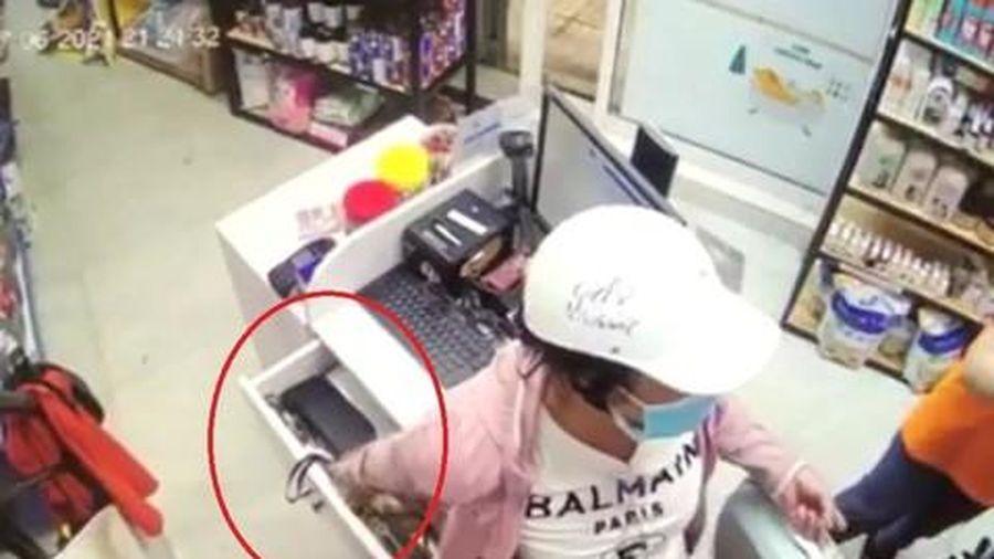 Giả làm khách, người phụ nữ trộm tiền tại cửa hàng thú cưng ở Sài Gòn