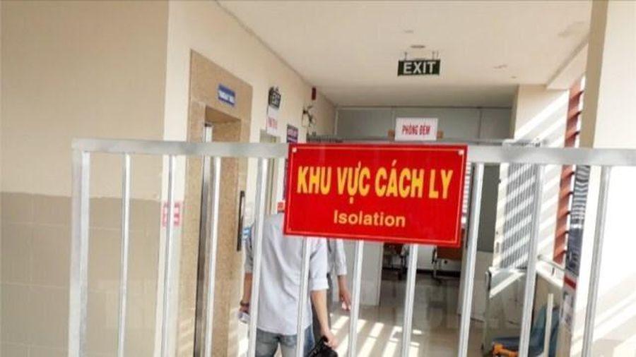 Vi phạm phòng dịch khi đi theo các F0 vào bệnh viện, một phóng viên bị giữ lại