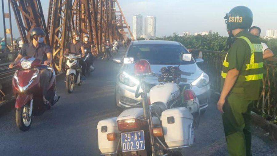 Phạt 45 triệu đồng trường hợp lái xe ô tô chở bạn gái lên cầu Long Biên hóng mát