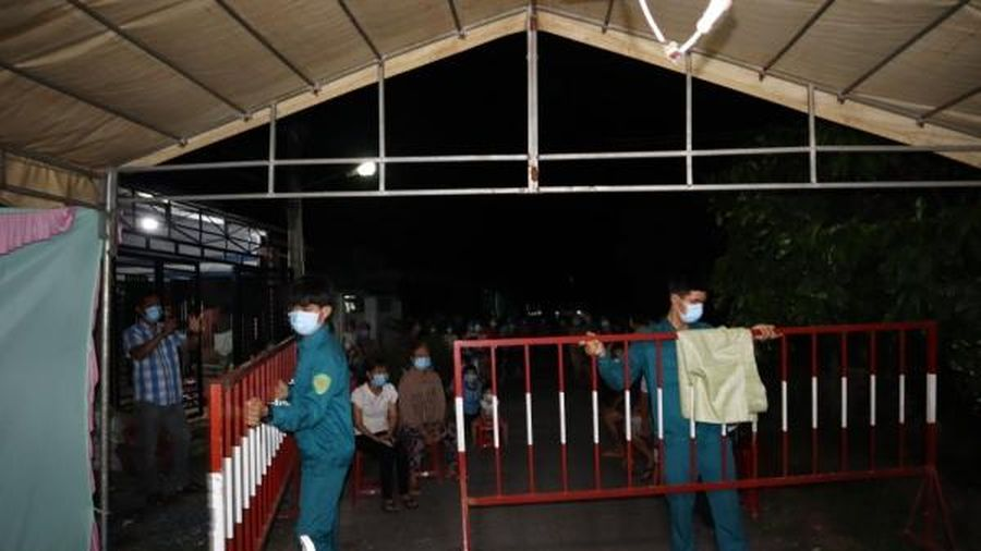 Người dân vùng cách ly y tế ấp Bến Kéo kết thúc 21 ngày cách ly trong chiến thắng