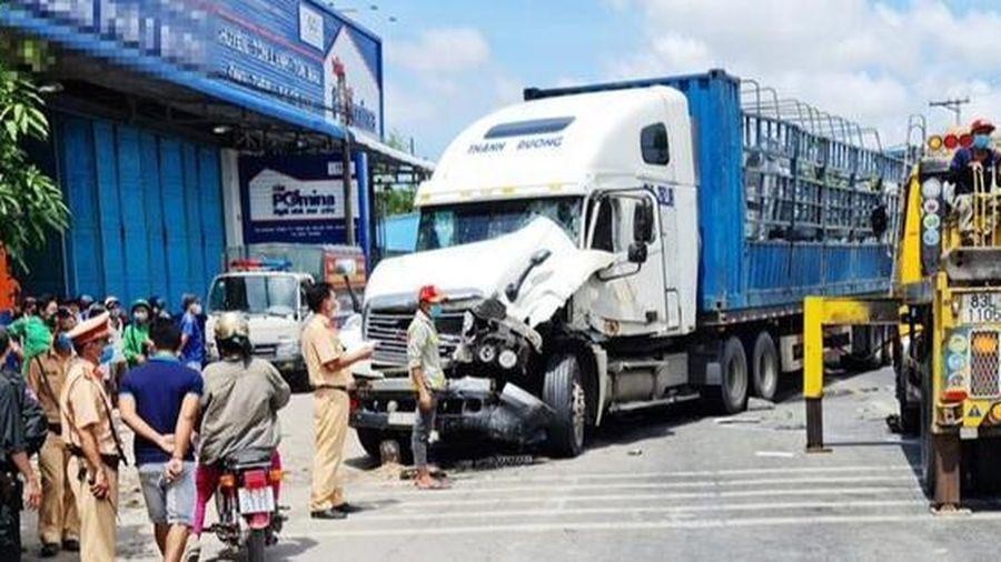 Tin giao thông đến sáng 19/6: Tài xế bị thương khi xe đầu kéo lật; hàng chục cảnh sát lập chốt ngăn tài xế gây tai nạn rồi bỏ chạy