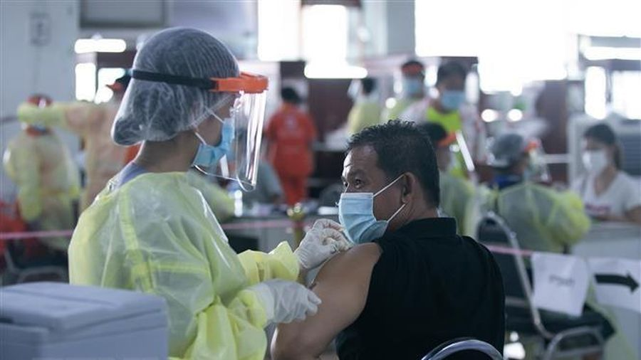 Nhiều nước dừng tiêm mũi 2 vaccine COVID-19 do thiếu nguồn cung