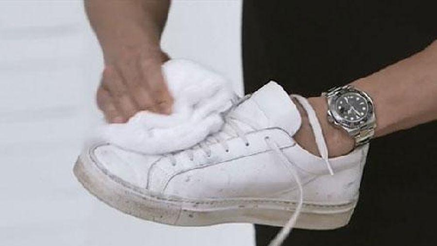 Dùng 1 chút kem đánh răng bôi vào giày thể thao ai cũng thấy bất ngờ vì kết quả
