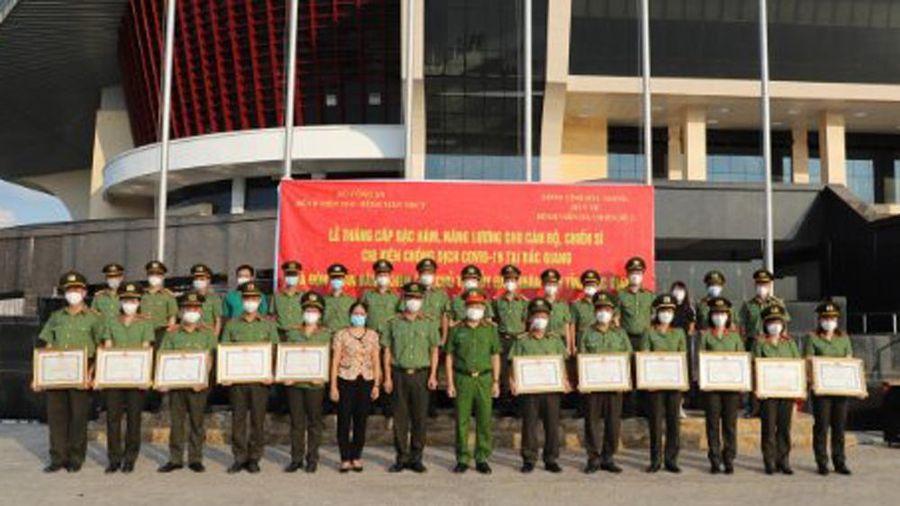 Các y, bác sĩ thăng cấp bậc hàm tại Bệnh viện dã chiến số 2 tỉnh Bắc Giang