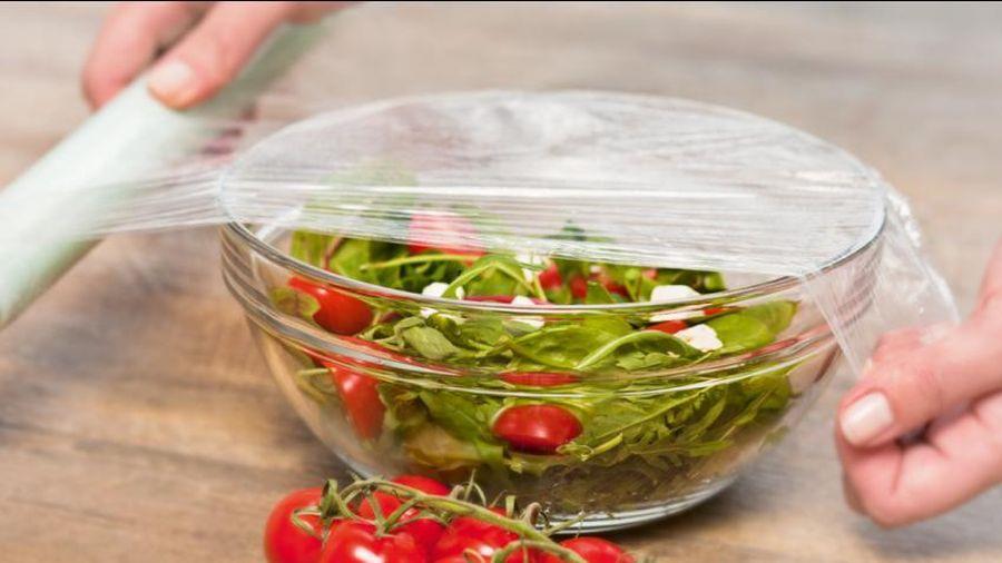 Phân biệt màng bọc thực phẩm PVC và PE, loại nào an toàn hơn?