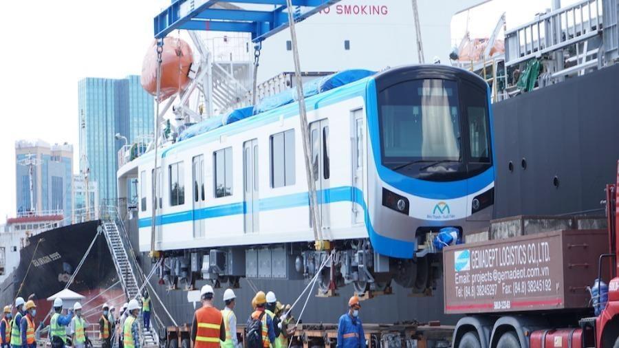 Cận cảnh quá trình bốc tàu metro số 1