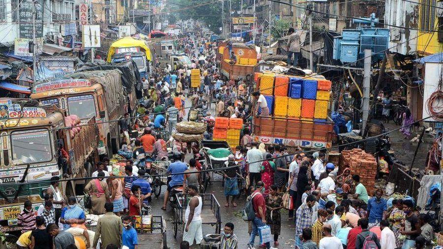 Lệnh phong tỏa vừa được nới, đường phố New Delhi đã đông nghẹt người