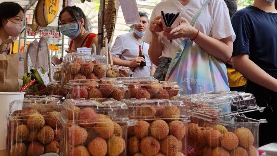Vải thiều Việt Nam thu hút khách Pháp
