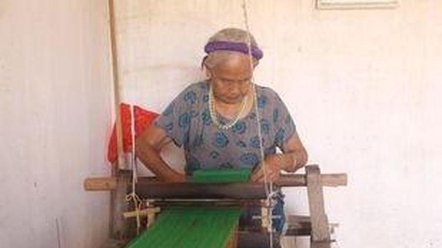 Đồng bào người Tày lưu giữ nghề dệt truyền thống